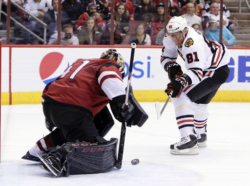 Marian Hossa (RW) scores his 19th goal of the year against goalie Mike Smith. The Hawks defeated the Coyotes 4-3 after a three-game losing streak.